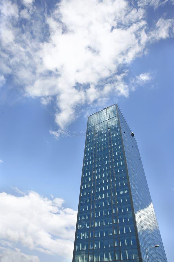 Download Edificio De Oficinas En Fondo Del Cielo Azul Imagen de archivo - Imagen de exteriores, concreto: 41903833