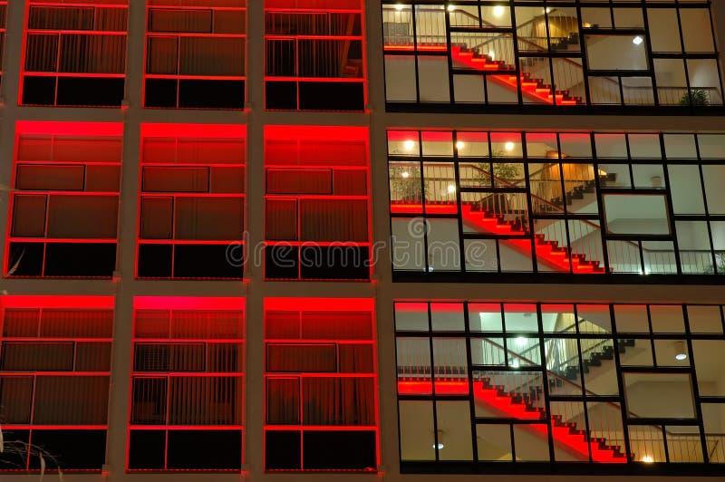 Edificio de oficinas en la iluminación roja imagenes de archivo