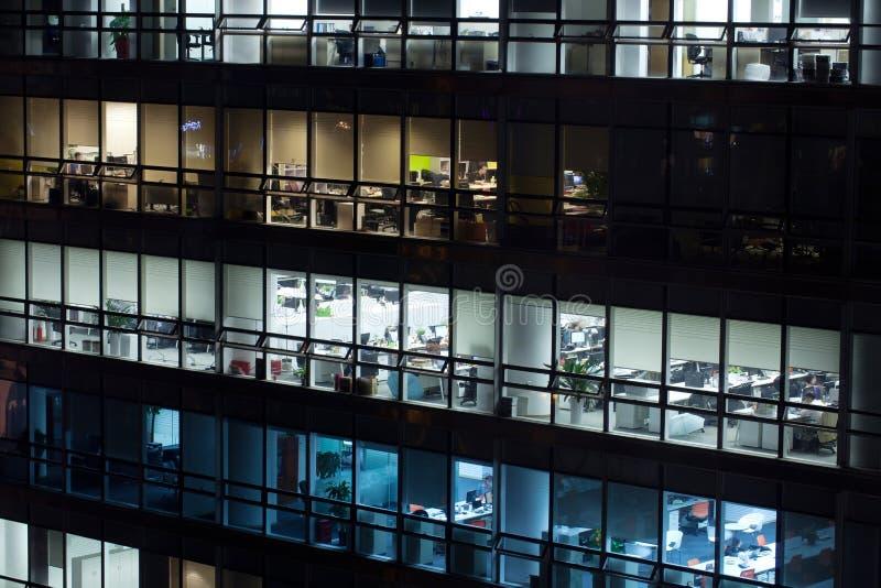 Edificio de oficinas en la noche imágenes de archivo libres de regalías