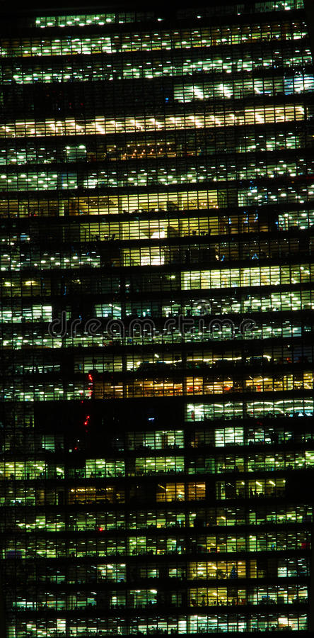 Edificio de oficinas en la noche fotos de archivo