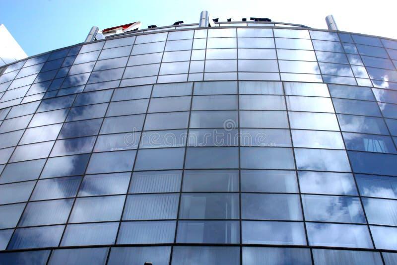 Edificio de oficinas en las horas solares imágenes de archivo libres de regalías
