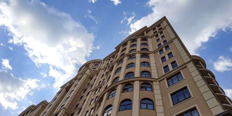 Edificio de oficinas de gran altura en el centro de ciudad foto de archivo libre de regalías