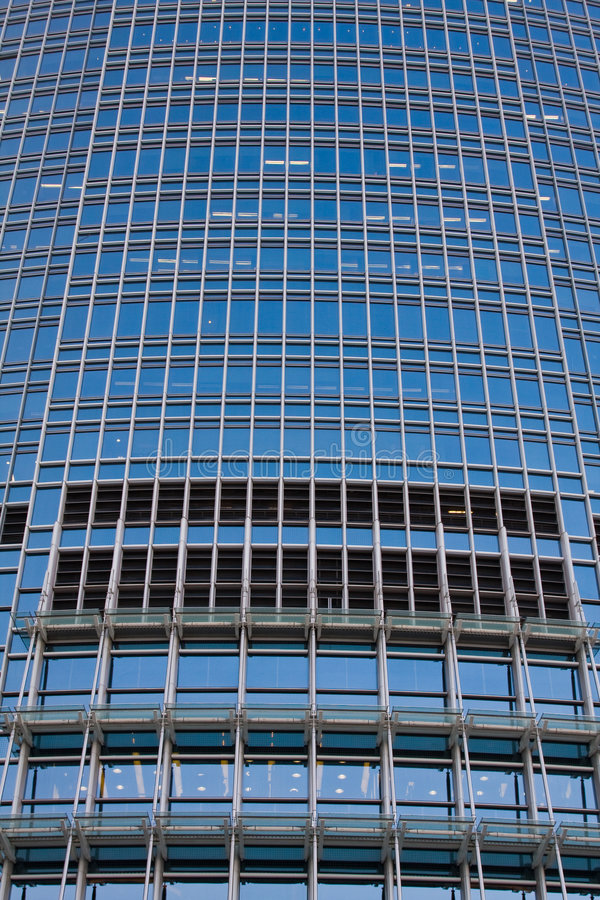 Edificio de oficinas grande del primer foto de archivo