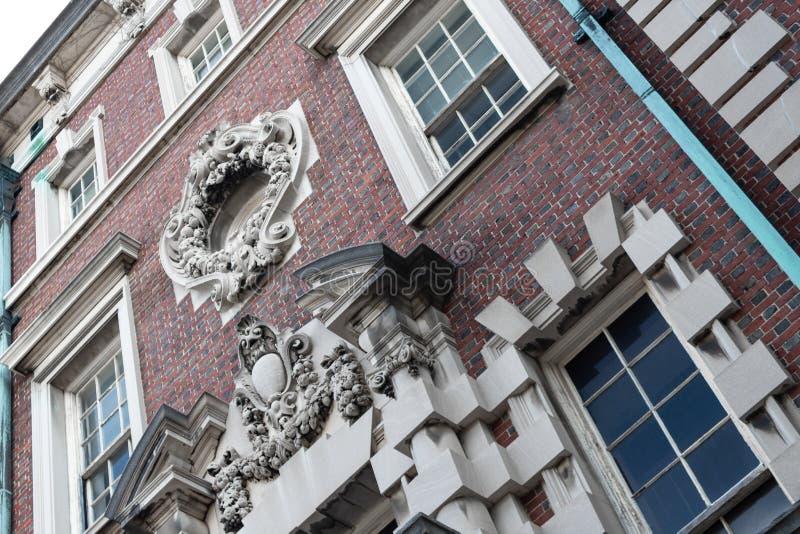 Edificio de oficinas de ladrillo con bloques de piedra prominentes y detalles de piedra tallada fotografía de archivo libre de regalías