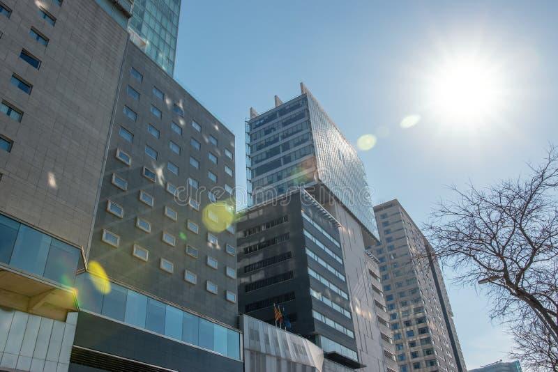 Edificio de oficinas moderno con la fachada del vidrio en fondo del cielo fotografía de archivo