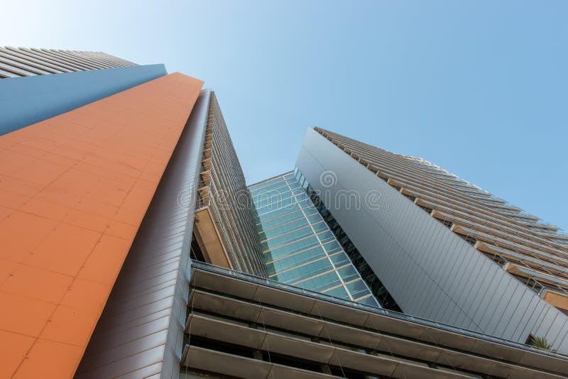 Edificio de oficinas moderno con la fachada del vidrio en fondo del cielo fotos de archivo