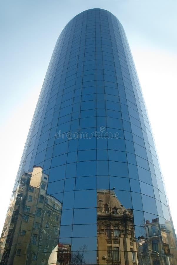 Edificio de oficinas moderno con reflexiones imagen de archivo