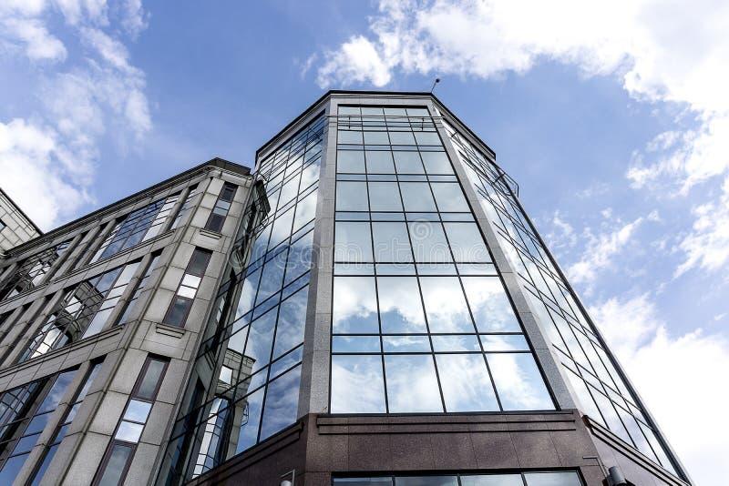 Edificio de oficinas moderno del vidrio y del mármol imágenes de archivo libres de regalías
