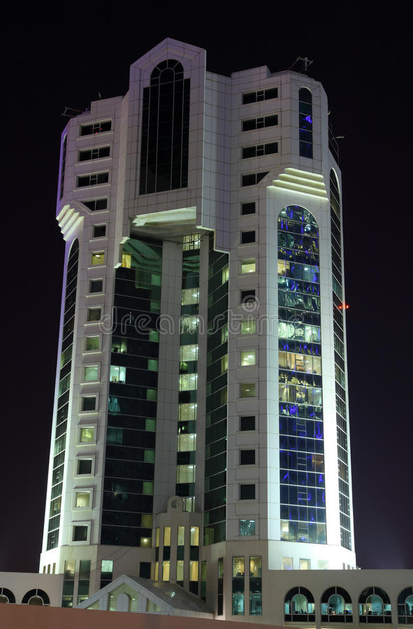 Edificio de oficinas moderno en Doha fotografía de archivo