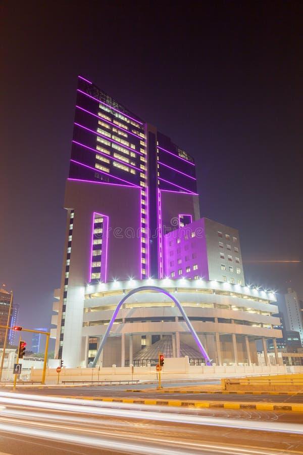 Edificio de oficinas moderno en la ciudad de Kuwait imágenes de archivo libres de regalías