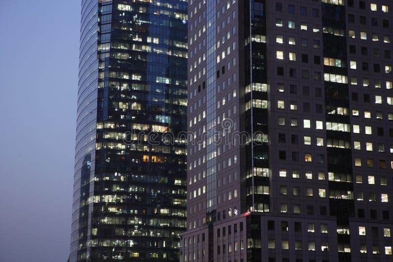 Edificio de oficinas moderno en la noche foto de archivo libre de regalías