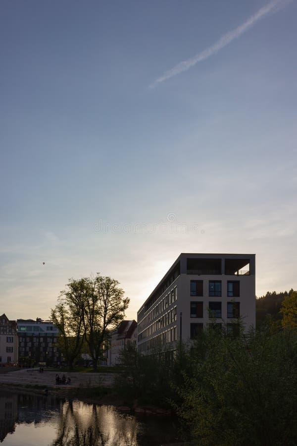 edificio de oficinas moderno en la puesta del sol con los rayos de sol fotos de archivo libres de regalías