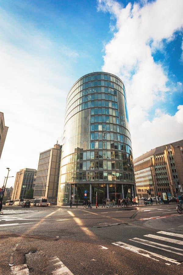 Edificio de oficinas moderno en un ambiente urbano imagen de archivo libre de regalías