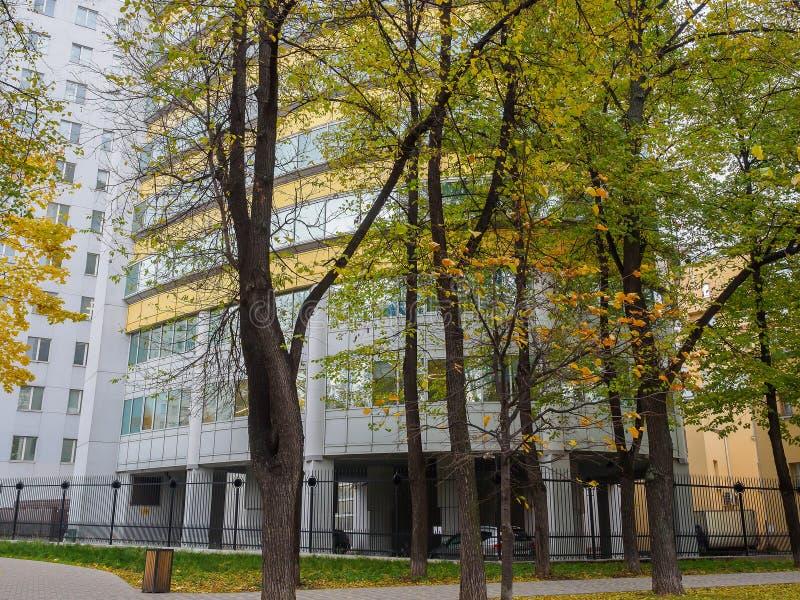 Edificio de oficinas moderno hecho del vidrio y del metal Rusia, Moscú, octubre de 2017 imagen de archivo
