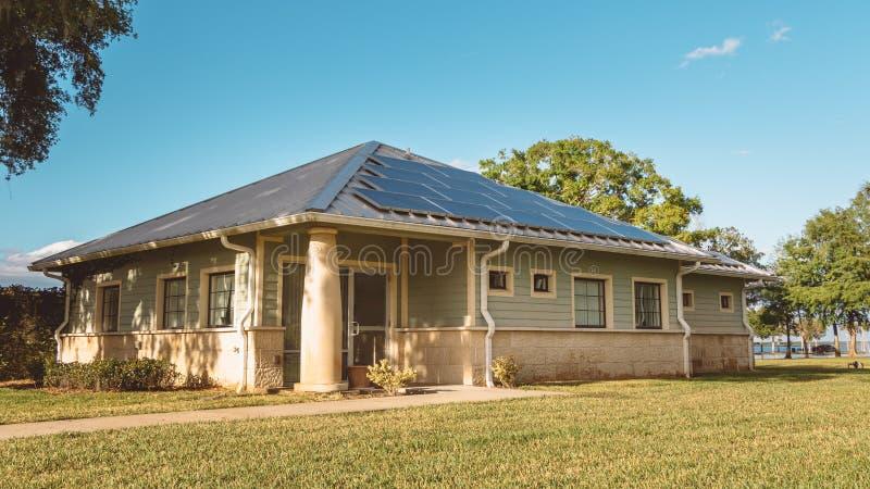 Edificio de oficinas de paneles solares en la histórica ciudad de Sanford, Florida foto de archivo