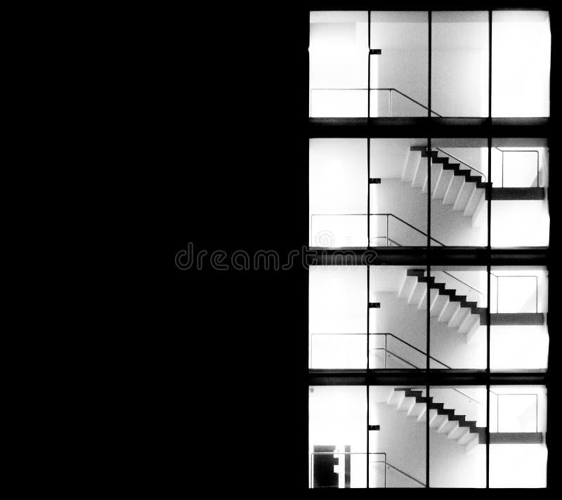 Edificio de oficinas por noche Katowice, Polonia foto de archivo