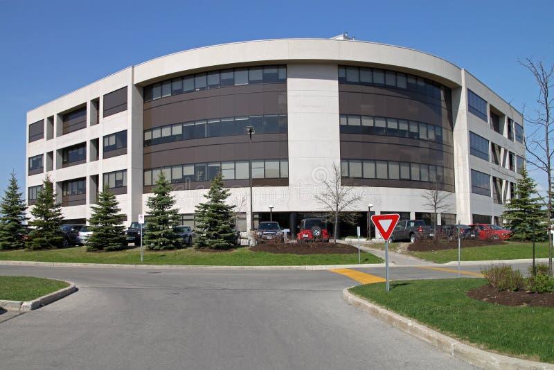 Edificio de oficinas suburbano imágenes de archivo libres de regalías