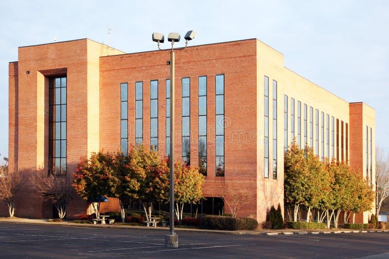 Edificio de oficinas suburbano fotos de archivo libres de regalías