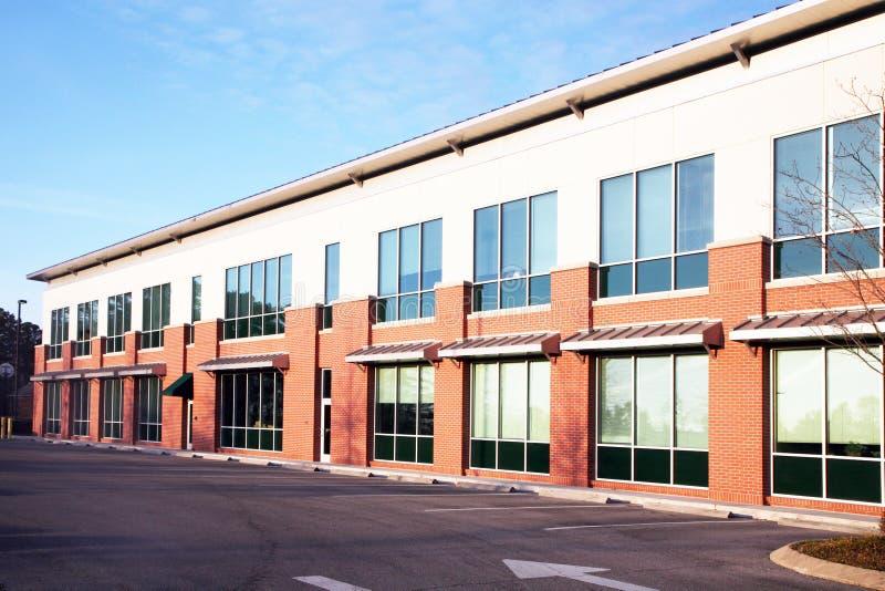 Edificio de oficinas suburbano imagen de archivo libre de regalías