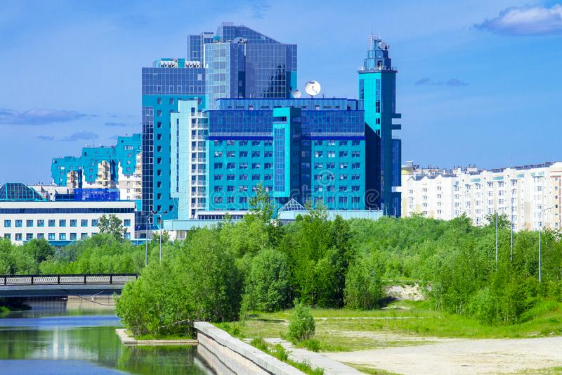 Edificio de oficinas de SURGUT Gazprom y terraplén del río de Saima imágenes de archivo libres de regalías