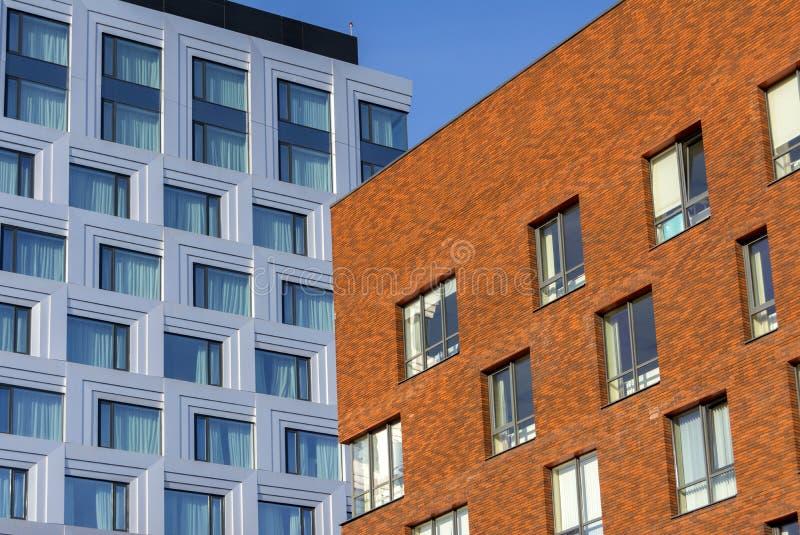 Edificio de oficinas de varios pisos hecho del edificio de oficinas del vidrio y del metal y del ladrillo fotografía de archivo libre de regalías