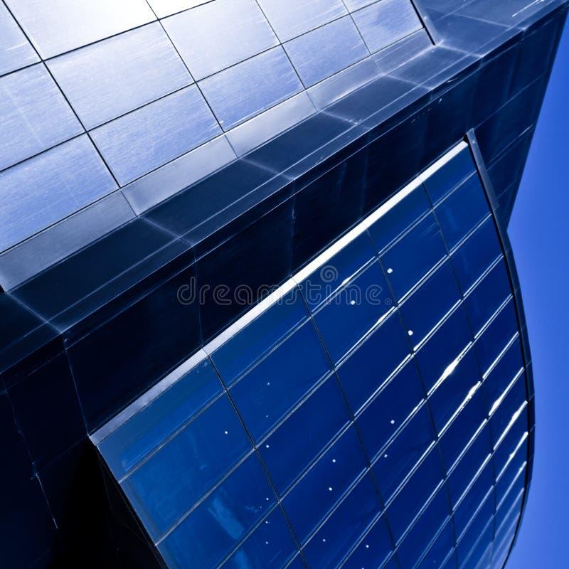 Edificio de oficinas violeta moderno fotos de archivo