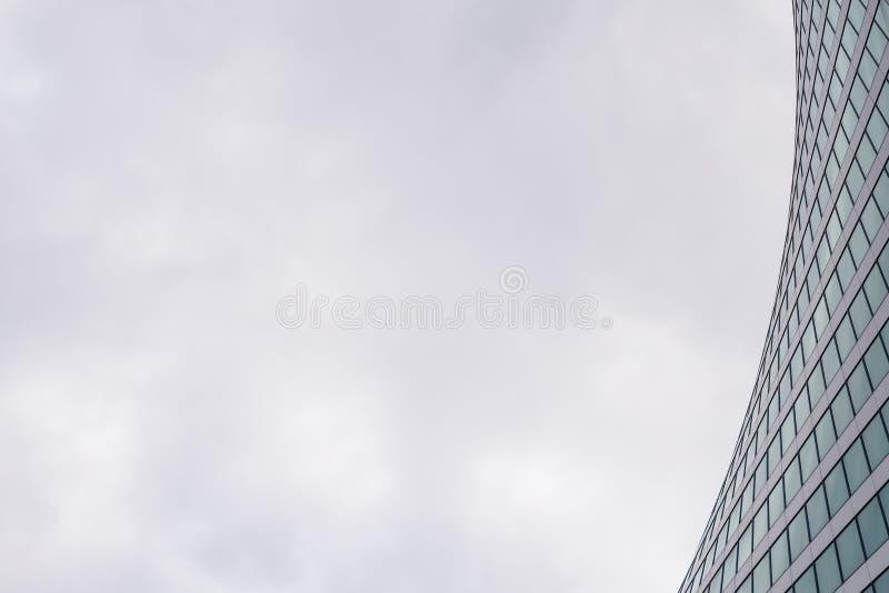 Edificio de oficinas de Windows, centro de negocios para el fondo Arquitectura, construcción, concepto de la industria de la repa imagen de archivo