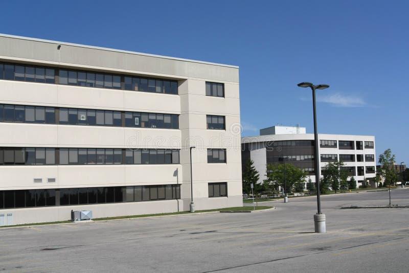 Edificio de oficinas y estacionamiento imagenes de archivo