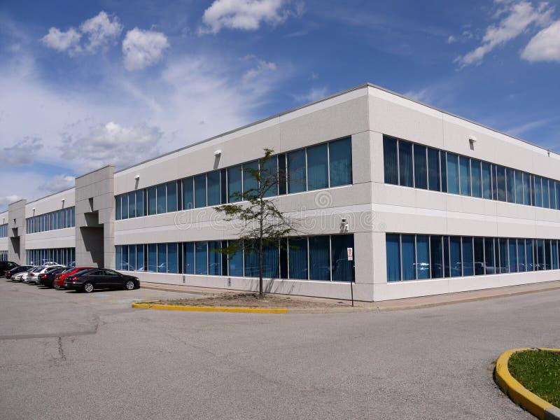 Edificio de oficinas y estacionamiento modernos imagen de archivo