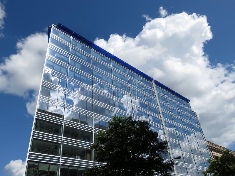 Edificio de oficinas y nubes modernos imágenes de archivo libres de regalías