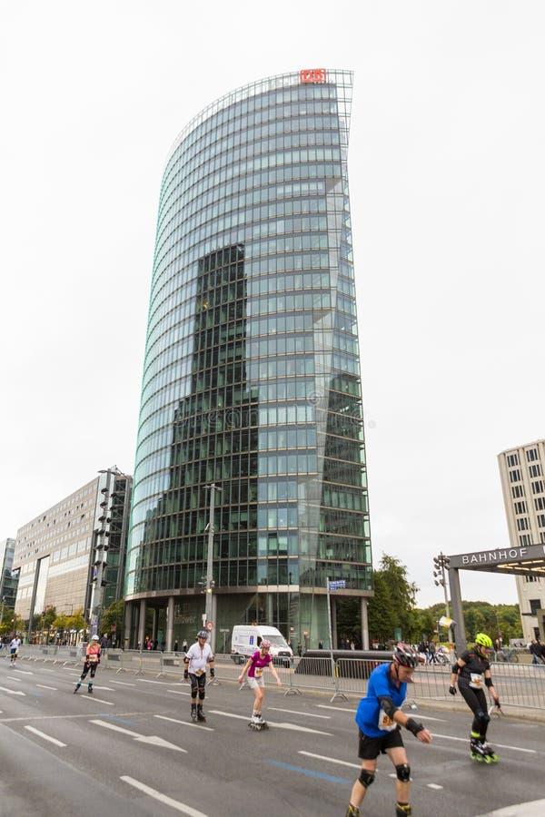 Edificio de oficinas y razas en los rodillos en Berlin Roller Marathon foto de archivo libre de regalías