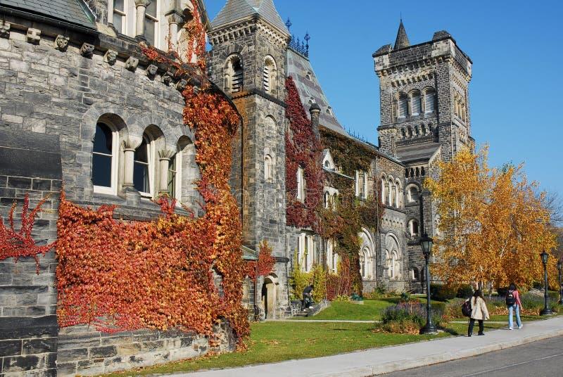 edificio de piedra gótico de la universidad con colores de la caída imágenes de archivo libres de regalías