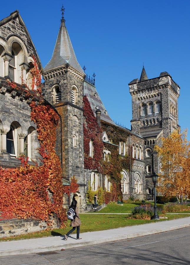 Edificio de piedra de la universidad con colores de la caída imagen de archivo