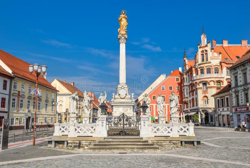 Edificio de plaza principal y columna de la plaga en la ciudad de Maribor, Eslovenia, Europa fotos de archivo