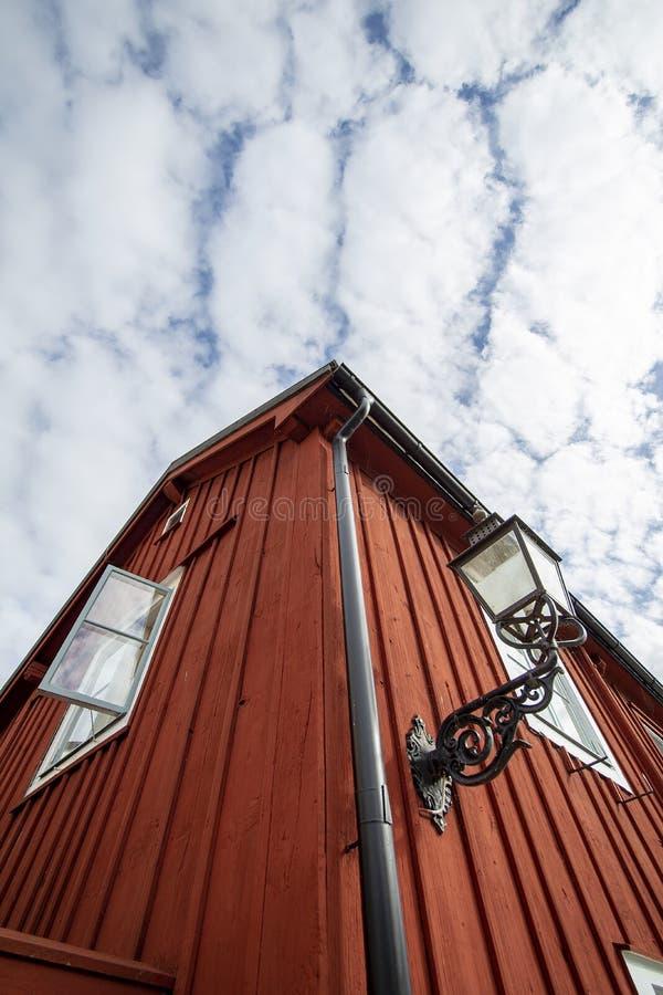 Edificio de RRed con una ventana abierta y una lámpara de calle pasada de moda imagen de archivo libre de regalías