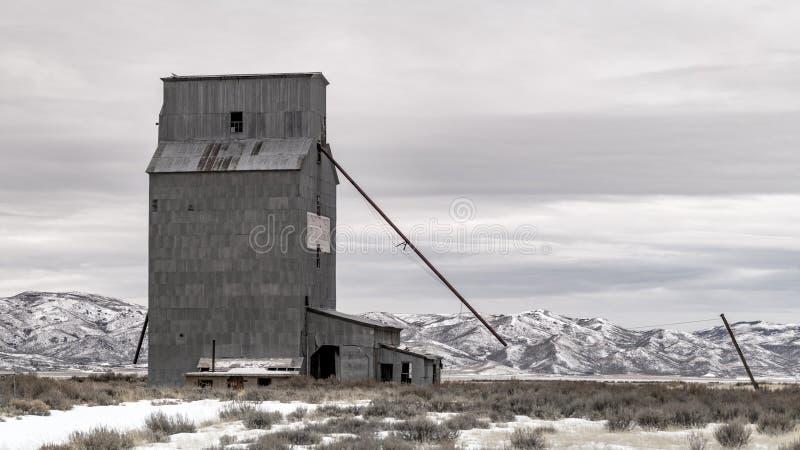 Edificio de Tin Silo en Idaho rural en el invierno imágenes de archivo libres de regalías