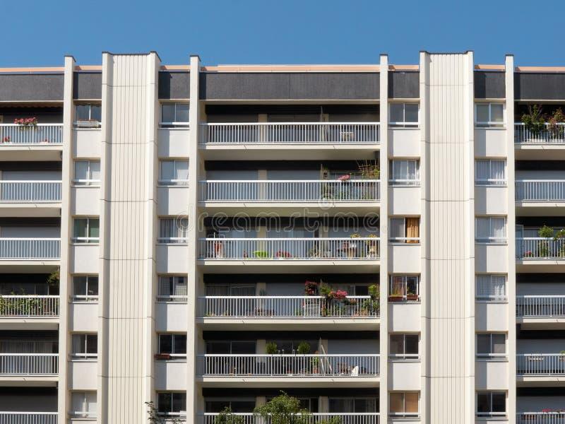 Edificio de varios pisos fotos de archivo
