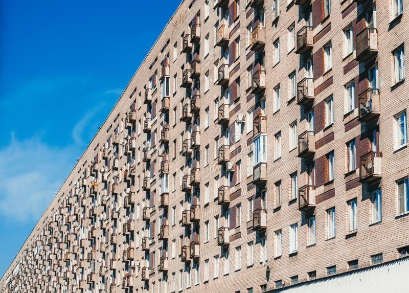 Edificio de varios pisos El concepto de la urbanización de superpoblación fotografía de archivo
