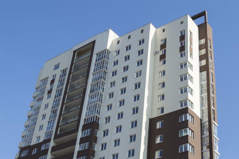 Edificio de varios pisos habitado contra un cielo claro fotografía de archivo libre de regalías