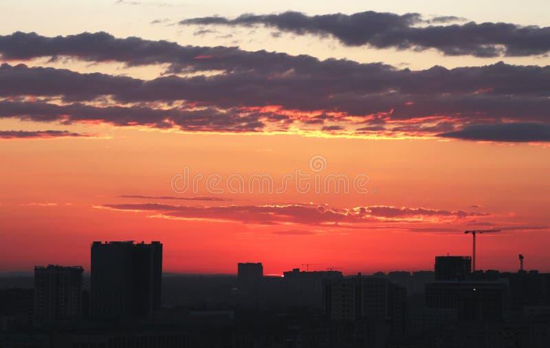 Edificio del ‹del †del ‹del †de la ciudad con la opinión de la puesta del sol imagen de archivo libre de regalías