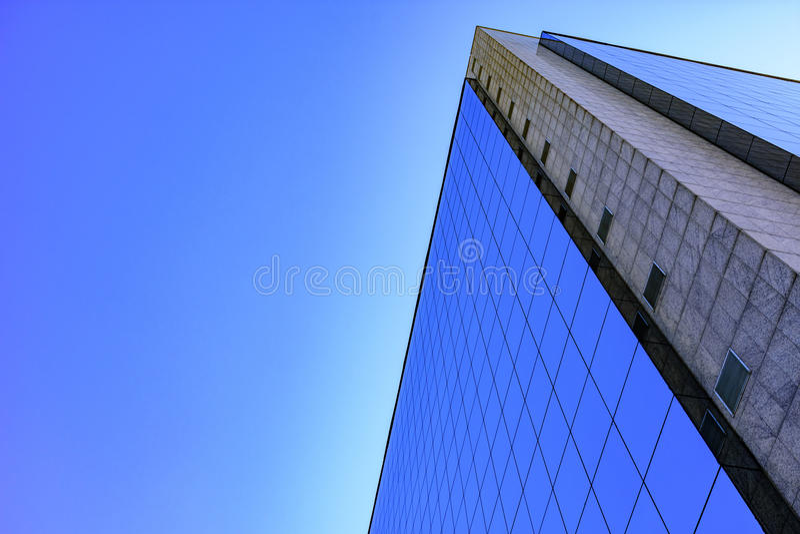Edificio del anuncio publicitario y del negocio con arquitectura moderna foto de archivo