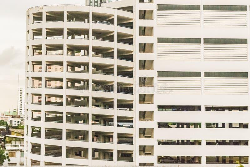 Edificio del aparcamiento en un centro de la ciudad imagenes de archivo