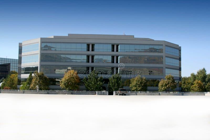 Edificio del asunto y estacionamiento reflejados imágenes de archivo libres de regalías