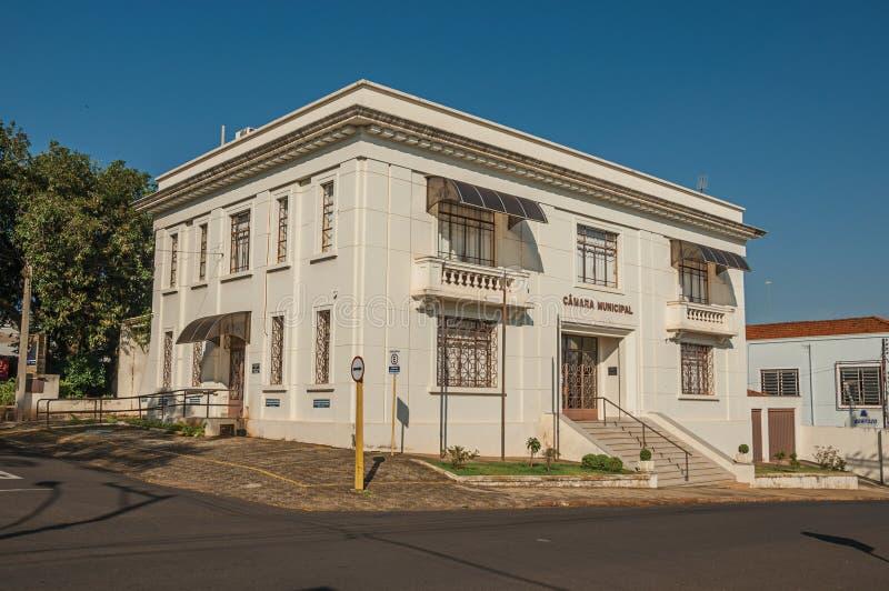 Edificio del ayuntamiento con los árboles detrás de él en calle vacía, en día soleado en São Manuel fotografía de archivo libre de regalías