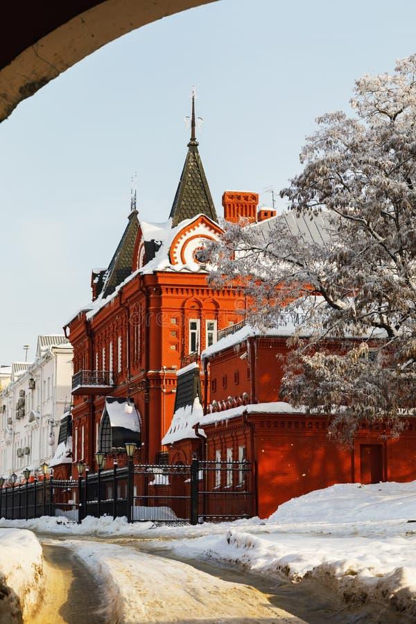 Edificio del banco central de la Federación Rusa del ladrillo rojo en un día de invierno Rusia, ciudad de Oryol fotografía de archivo libre de regalías
