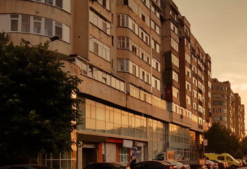 Edificio del bloque de apartamentos en la puesta del sol después de la lluvia fotos de archivo libres de regalías