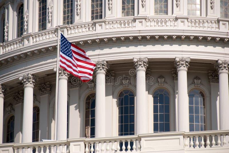 Edificio del capitolio de Estados Unidos, con la bandera foto de archivo libre de regalías