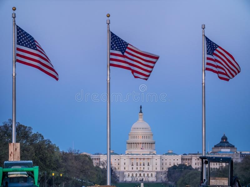 Edificio del capitolio de Estados Unidos y banderas de los E.E.U.U. en Washington DC foto de archivo