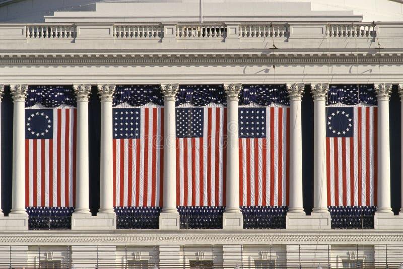 Edificio del capitolio de los E.E.U.U. con los indicadores americanos imágenes de archivo libres de regalías