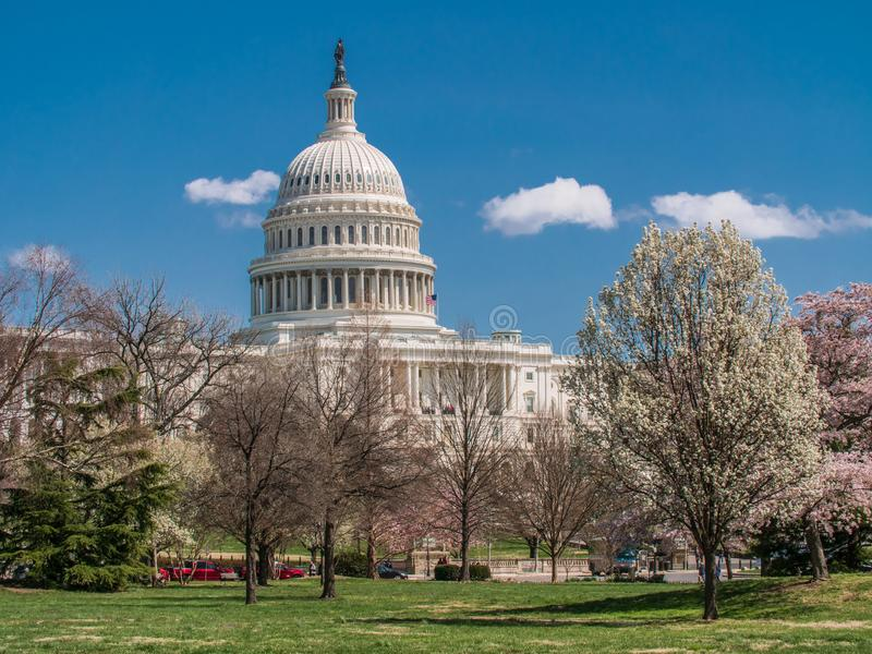 Edificio del capitolio de los E.E.U.U. durante primavera fotografía de archivo